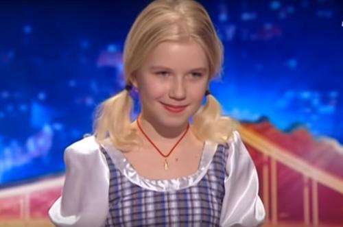 957531e7097b Dommerne Havde Aldrig Forventet Denne Audition Fra En Bedårende Lille Blond  Pige