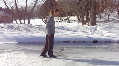 Istnieje sposób jak bezpiecznie wydostać się z zamarzniętego jeziora, gdy lód się załamie