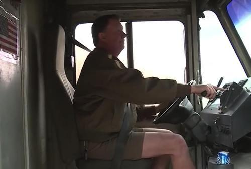 Ups chauffeur luistert naar instinct en gaat huis van oude man