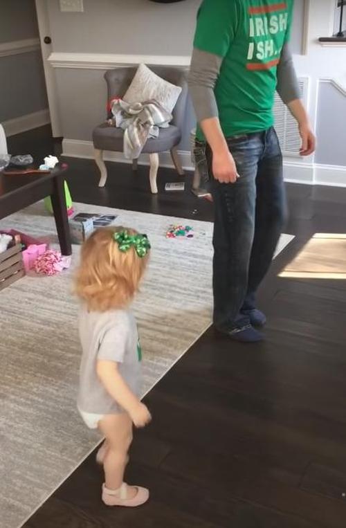 Schritt Papa kann nicht widerstehen Tochter