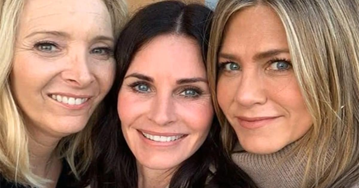 Jennifer Aniston & Lisa Kudrow Helped Ring In Courteney Cox's 55th Birthday This Year