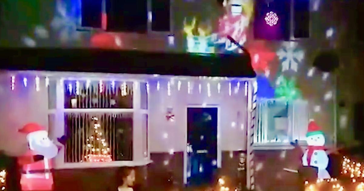ein vater legt bei seiner weihnachtsbeleuchtung noch einen. Black Bedroom Furniture Sets. Home Design Ideas