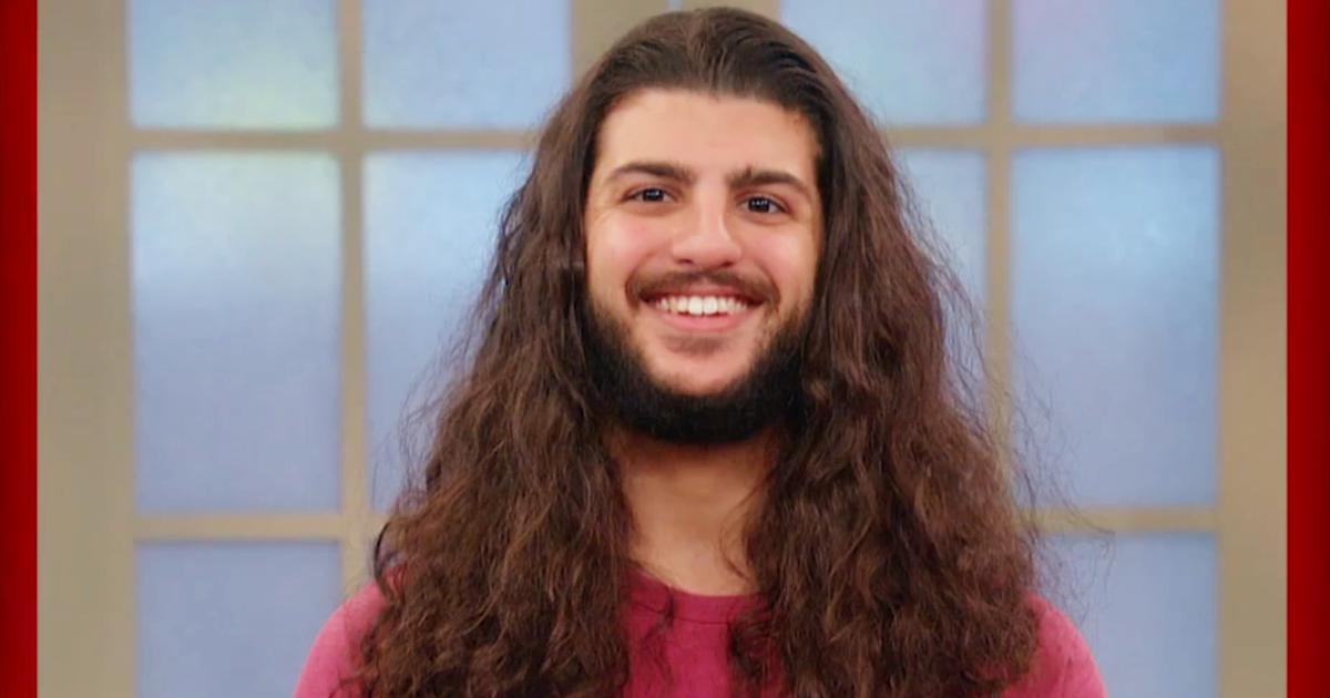 Un uomo si taglia i capelli per la prima volta dopo sei ...