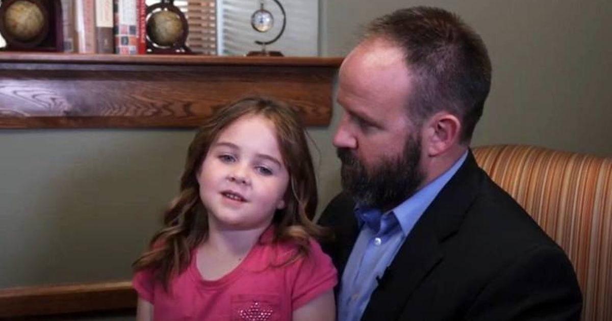 Papa holt Sechsjährigen von der Schule ab und Lehrer