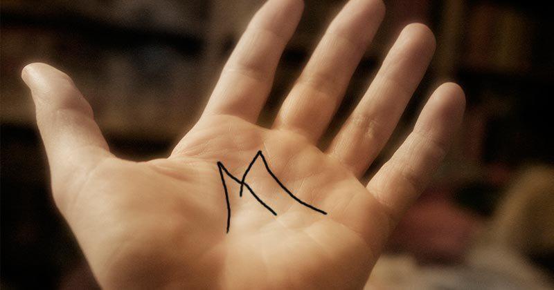 كف اليد حرف H على اليد